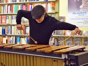 Xylophon-Spieler und Erzähler Alex Jakobiwitz gastiert im Buch und Medienhaus Hübscher in Bamberg.