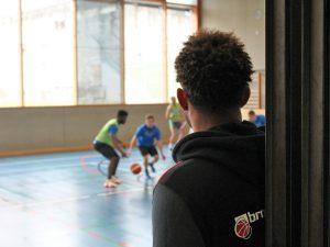 Basketballtraining hinter Gittern: Brose Bamberg unterstützt die Jugendstrafanstalt in Ebrach