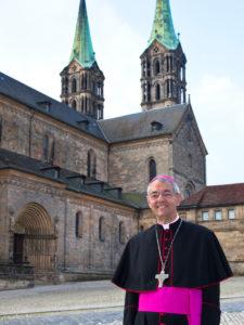 Bambergs Erzbischof Dr. Ludwig Schick vor dem Dom