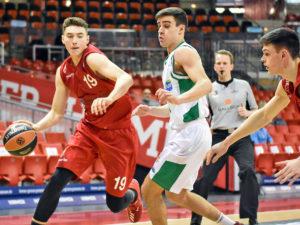 Jugendnationalspieler Kay Bruhnke  (m. Ball) spielt auch in den kommenden fünf Jahren im Jugendleistungsprogramm von Brose Bamberg.