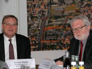 Universitäts-Präsident Godehard Ruppert (r.) und Oberbürgermeister Andreas Starke (li.) lassen sich von den Wissenschaftlern über den Erfolg und die positiven Ergebnisse der Studie informieren.