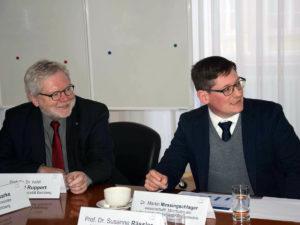 Dr. Martin Messingschlager (r.) und sein Team präsentieren die Ergebnisse der ersten Bürgerbefragung, die von der Stadt und Universität gemeinsam durchgeführt wurde.
