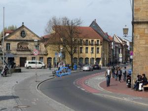 Die Errichtung eines Car-Bike-Ports am Kranen ist bereits beschlossene Sache. Diese Fotomontage der Stadt Bamberg verdeutlicht, wie viele Räder auf der Fläche eines Autoparkplatzes untergebracht werden können.