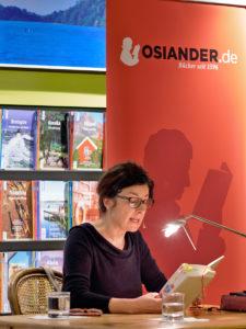 """Zsuzsa Bánk liest aus ihrem Roman """"Schlafen werden wir später""""."""