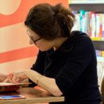 Zsuzsa Bánk signiert ihren Roman.