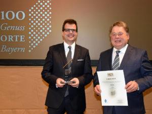Bürgermeister Dr. Christian Lange freut sich über den Genussort-Titel und damit über die Vermarktung regionaler Lebensmittel. Die Auszeichnung nimmt er aus den Händen von Landwirtschaftsminister Helmut Brunner entgegen.