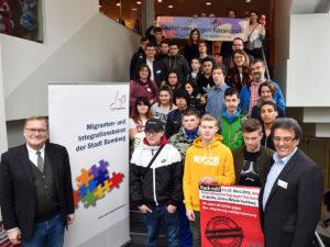 Oberbürgermeister Andreas Starke (li.) mit MIB-Vorsitzenden Mohamed Hedi Addala (re.) bei der Hauptveranstaltung der Internationalen Wochen gegen Rassismus im CineStar Bamberg.