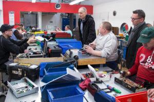 Jürgen Pfister (4. v. r.) und Franz Heer (2. v. r.) im Gespräch mit Mitarbeitern der Elektro-Recycling-Abteilung.