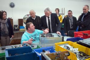 v. l.: Birgit Ramming-Scholz, Klaus Gallenz, Johann Kalb), Franz Heer (2. v. r,) und Jürgen Pfister (1. v. r.) beim Besuch der Elektro-Recycling-Abteilung.