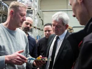 Alexander Schust (1.v.l.) und Stefan König (2.v.l.) erklären den Aufbau eines Prozessors.