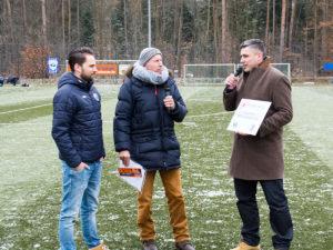 FCE-Vorstandsvorsitzender Jörg Schmalfuß (links) nahm die Einladung von Stefan Rommel (rechts) gerne an - in der Mitte Moderator Wolfgang Reichmann, der die Geschenkübergabe am Rande des Derbys moderierte.
