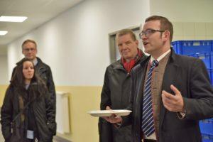 AEO-Leiter Markus Oesterlein führte durch die Anlage - hier mit einem der neuen Porzellan-Teller, die aus Umweltgründen inzwischen allgemein Verwendung finden.
