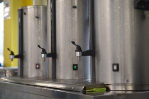 Einfache Getränke können aus großen Behältern gezapft werden.