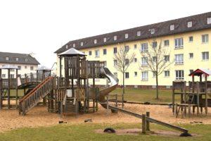 Viele Spielplätze aus Zeiten der US-Kaserne verhelfen den zahlreichen geflüchteten Kindern zu etwas Abwechslung.
