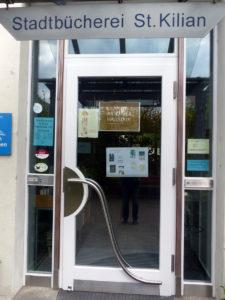 Der Eingang zur Bücherei ist gleichzeitig der Eingang zur Artothek.
