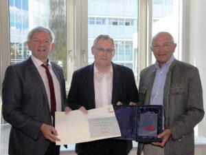 v. l. n. r.: Landrat Johann Kalb, Kreisheimatpfleger Wolfgang Rössler und Stif-tungsgründer Bezirkstagspräsident Dr. Günther Denzler.