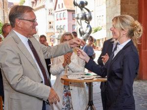 Schlüsselübergabe durch Oberbürgermeister Andreas Starke an Katharina Arnold.