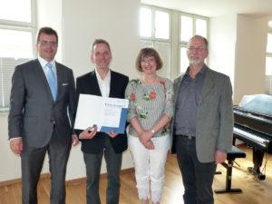 Musikschulleiter Martin Erzfeld (2.v.l.) erhielt für seine 25-jährigen Verdienste die Ehrennadel des Verbands Bayerischer Sing- und Musikschulen. Es gratulierten (v.l.) Bürgermeister Dr. Christian Lange und die beiden Stellvertreter Karin Görz und Jürgen Roeder.