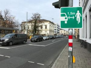 Mindestüberholabstand - Neues Verkehrsschild in Bamberg am Schönleinsplatz
