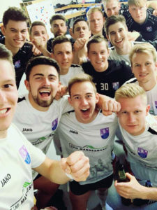 Die Mannschaft des FC Eintracht feiert den Heimsieg über Schwabach