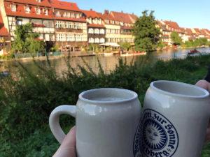 Alkohol zum Mitnehmen - Mit Bierkrug an der Regnitz
