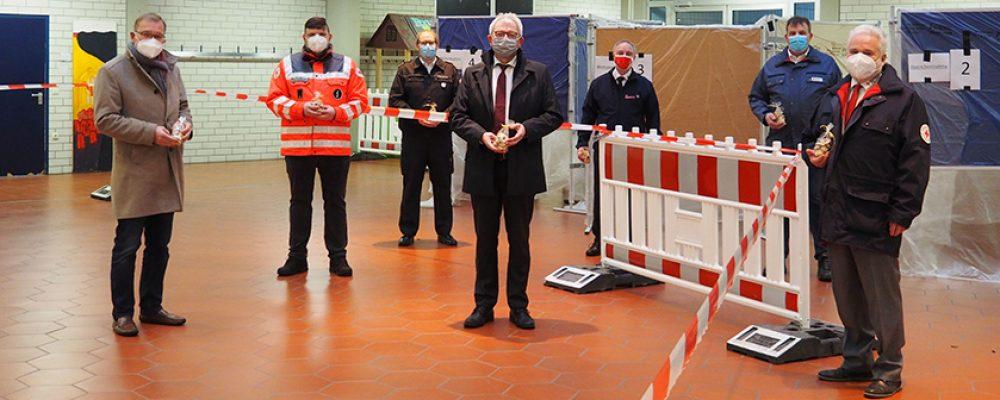Oberbürgermeister Andreas Starke und Landrat Johann Kalb danken Hilfsorganisationen für Schnelltestzentren