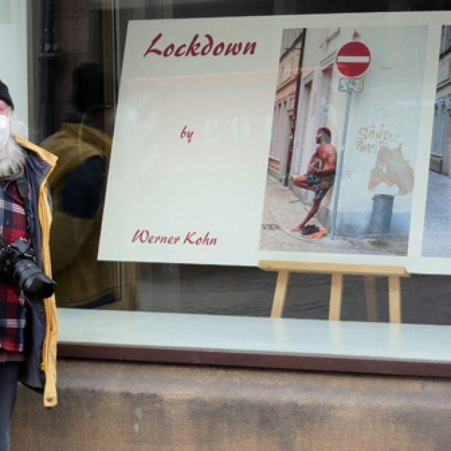 Werner Kohn bestückt das Kunstfenster