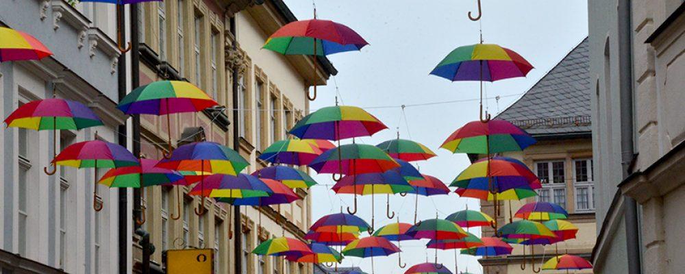 Regenbogenschirme in der Weltkulturerbestadt.