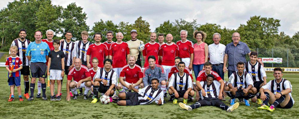 Prominente und goolkids-Team am Ball