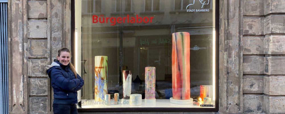Bunte Säulen im Kunstfenster