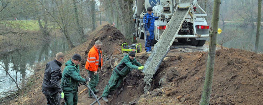 Gartenamt sichert Biber-geschädigten Damm