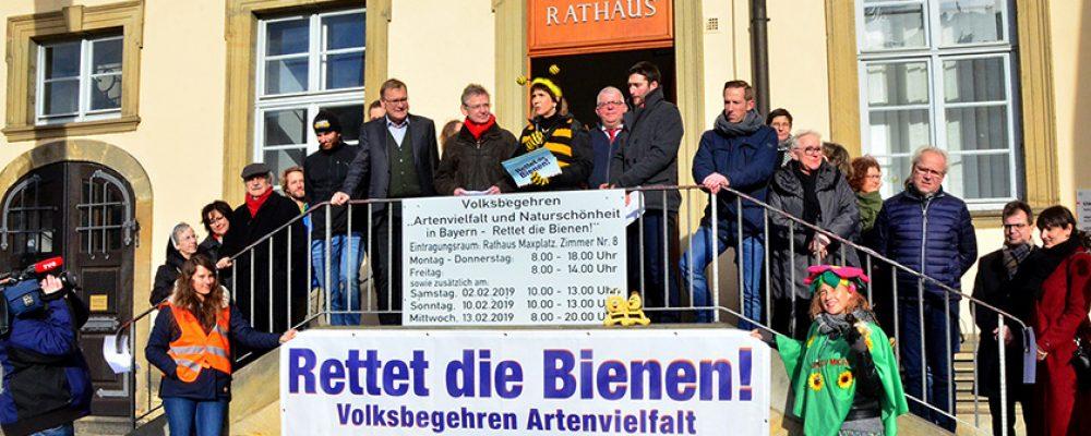 """""""Rettet die Bienen"""": Erstunterzeichner unterschreiben in Bamberg"""