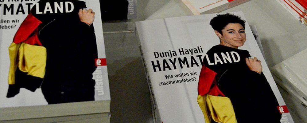 Dunja Hayali zieht voll besetzte Konzerthalle in ihren Bann