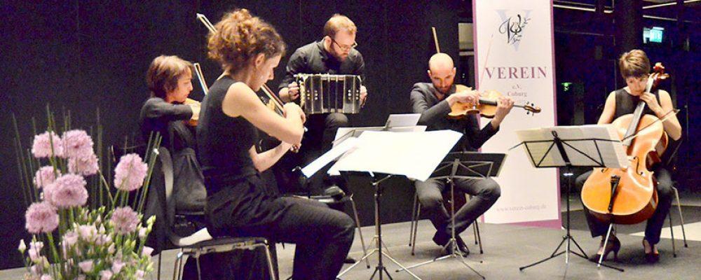 """strings an more"" im Foyer der HUK Coburg."