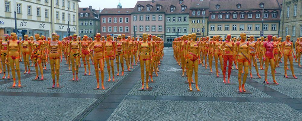 Orange Frauen-Formation auf dem Bamberger Maxplatz